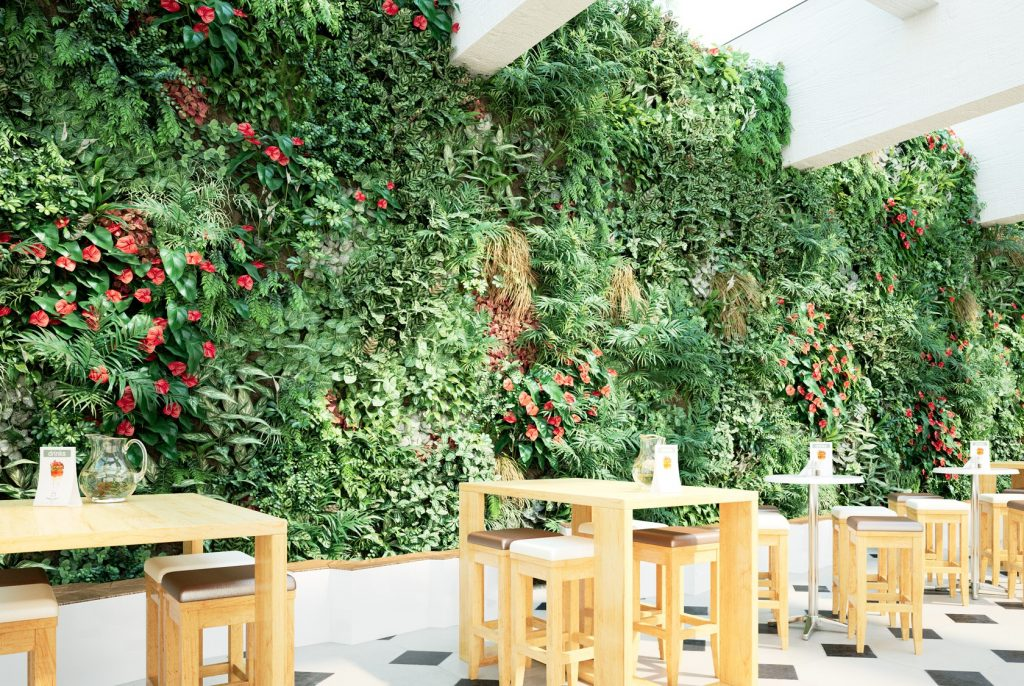 gradina verticala din plante artificiale amenajata in bucataria unei cladiri de birouri
